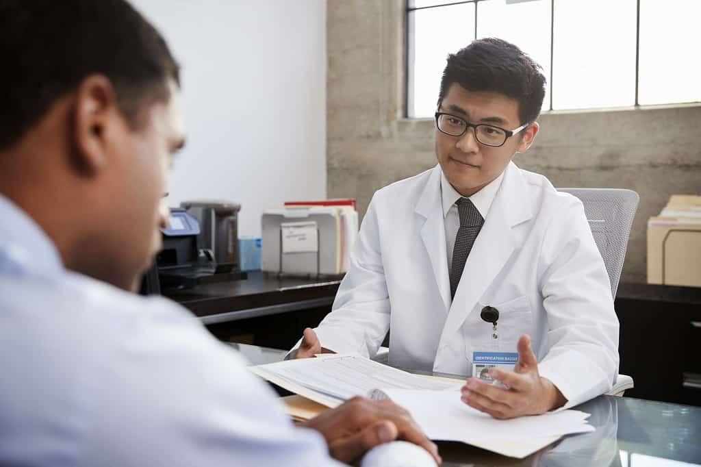 Urologista especializado em câncer de próstata diagnosticando um paciente