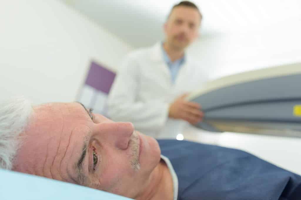 Homem no consultório médico preocupado por conta da hiperplasia prostática benigna