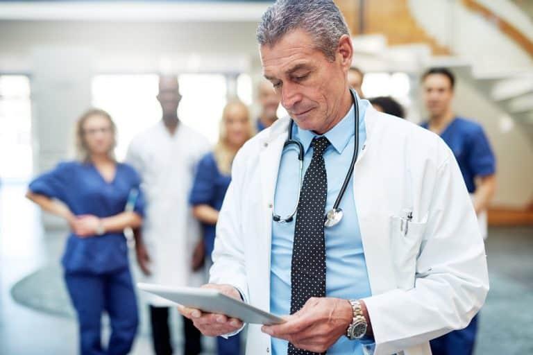 Médico lendo o diagnóstico de um paciente com câncer de bexiga