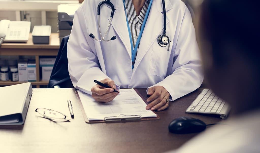 Médico Explicando os benefícios da Cirurgia Robótica Minimamente Invasiva