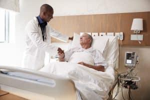 Médico Urologista atendendo paciente após uma Cirurgia Robótica