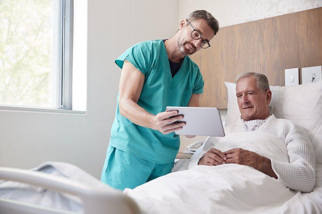 Médico Urologista explicando para o paciente os riscos de não tratar as Pedras nos Rins