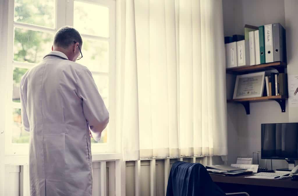 Médico esperando mais um paciente com sintomas de cálculo renal