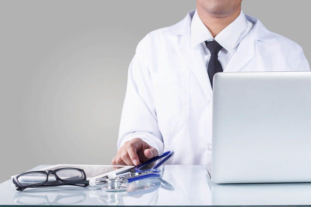 Médico estudando sobre as principais causas da Hiperplasia Prostática Benigna