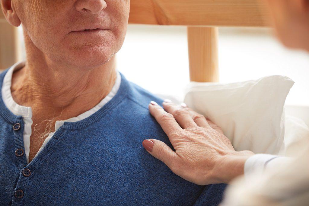 Homem de meia idade com a esposa após passar pelo procedimento de Prostatectomia Robótica