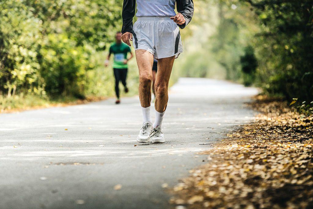 Homem praticando atividades físicas como uma das formas de evitar cálculos renais