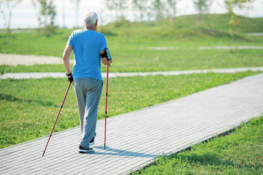Senhor de idade fazendo uma caminhada como recuperação para o câncer de próstata