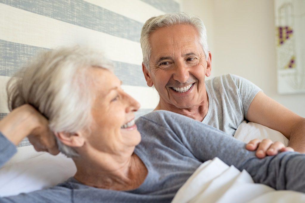 Casal de idade na cama após o homem se recuperar do câncer de próstata   Takano Urologia