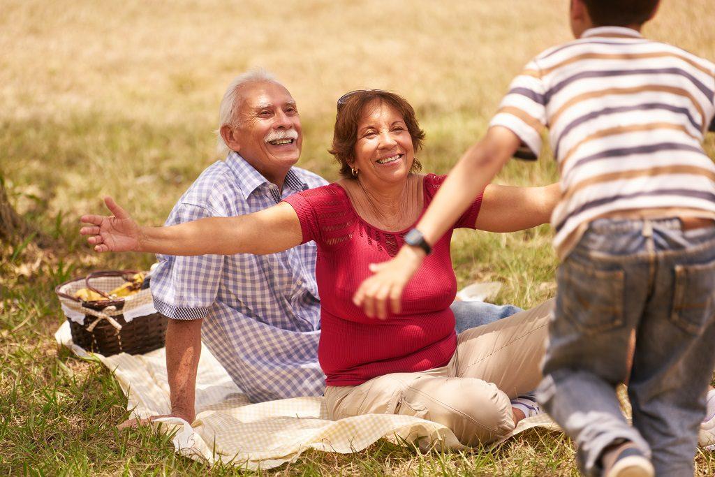Homem de idade com a família tendo o apoio familiar para lidar com o tratamento do câncer de próstata | Takano Urologia