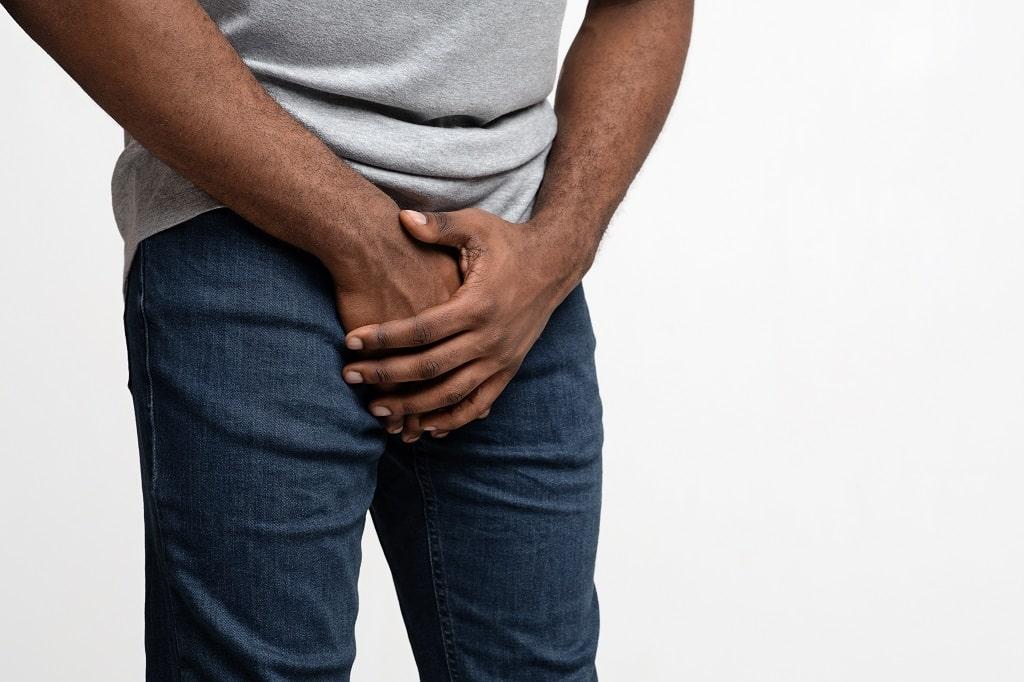 homem com câncer de próstata segurando sua virilha