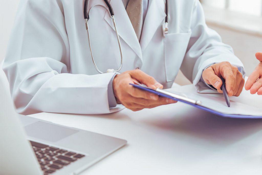 médico explicando sobre o painel somático de câncer de próstata