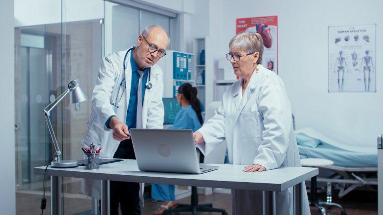 urologista decidindo tratamento de paciente com câncer na bexiga