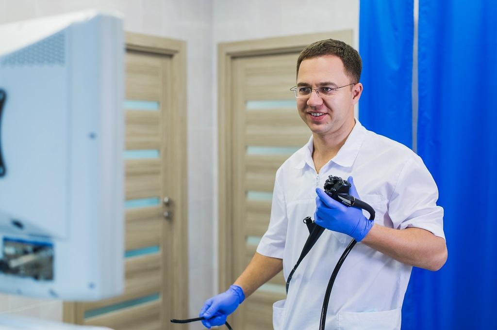proctologista segurando acesso para exame de câncer de próstata